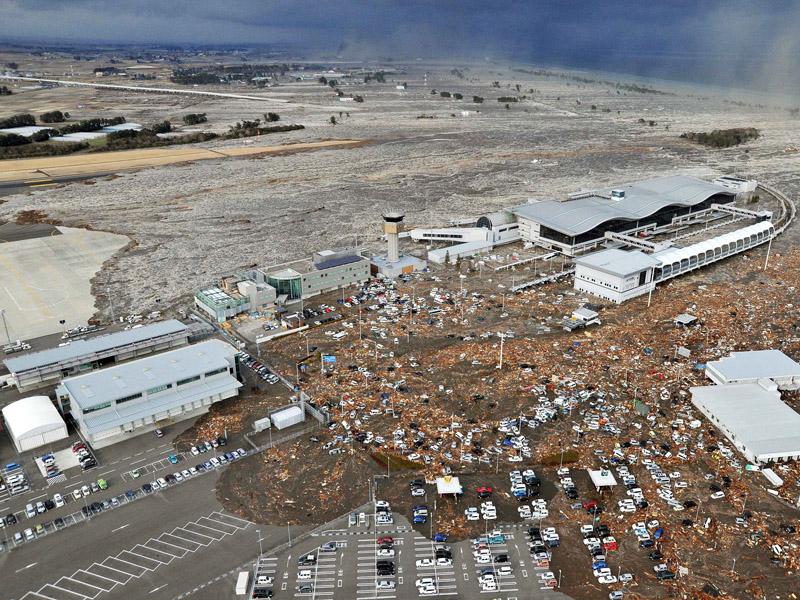 http://ajiramiazawa.files.wordpress.com/2011/03/106728_tsunami-hantam-jepang.jpg